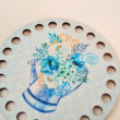 Csodakék virágcsokor - kör 10 cm-es horgolható faalap