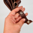 Patentos bőr kézi táskafogó párban - Wasabi - 30 cm