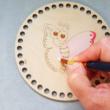 Pillangó kisasszony horgolható faalap - 15 cm