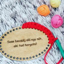 Sose becsülj alá egy nőt, aki tud horgolni! - feliratos horgolható fa tábla - Wood Stitch Collection