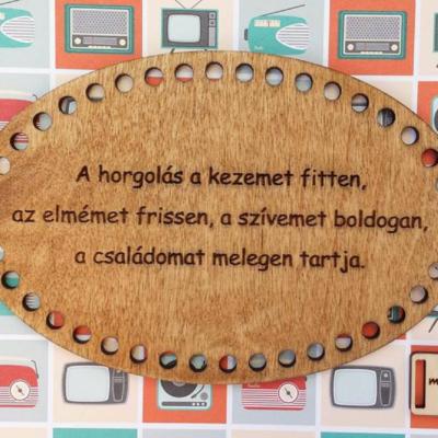 A horgolás a kezemet fitten, az elmémet frissen... - feliratos horgolható fa tábla - Wood Stitch Collection