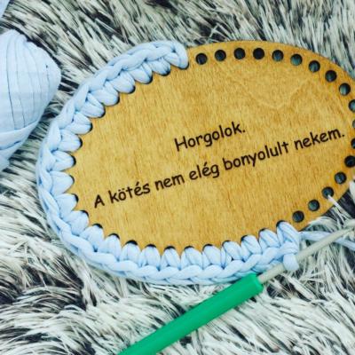 Horgolok. A kötés nem elég bonyolult nekem. - feliratos horgolható fa tábla - Wood Stitch Collection